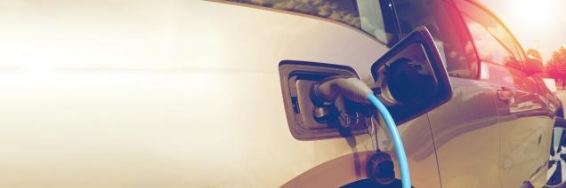Elektroauto - Aufladen an Ladestation - nachhaltig und umweltschonend - Elektromobilität - Platz für Ihren Text